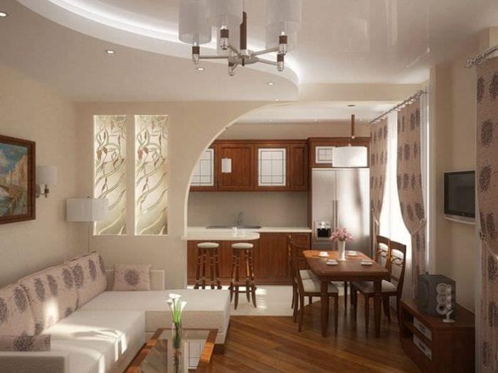 Перегородка из прозрачного стекла с узорами между кухней и гостиной