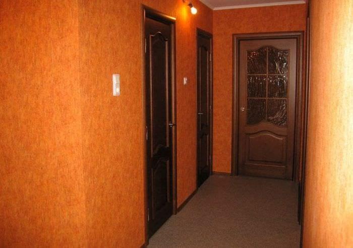 Оригинальная идея обоев оранжевого цвета для коридора