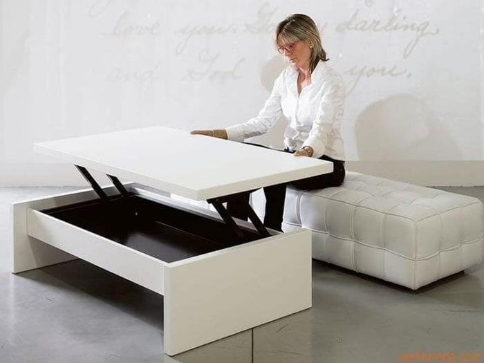 Стол – трансформер белого цвета для небольшой гостиной