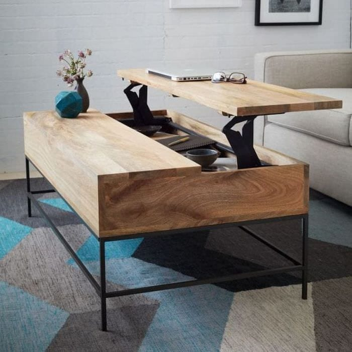 Стол – трансформер из светлого дерева для маленькой гостиной