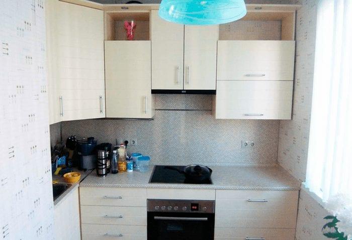 Светлые обои для декора маленькой кухни