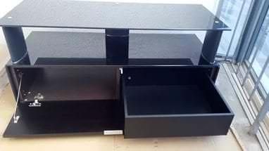 Тумба под телевизор темного цвета с выдвижным ящиком