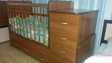 Удобная и комфортная детская кровать с пеленальным столиком
