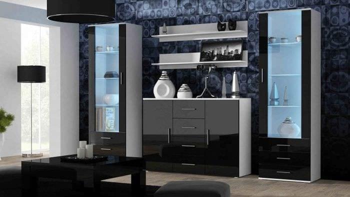Украшение гостиной стильной витриной для посуды
