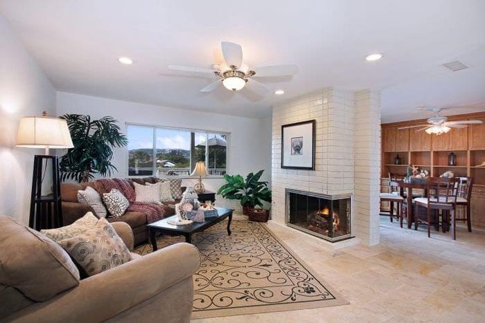 Выбираем дизайн камина для большой и светлой гостиной