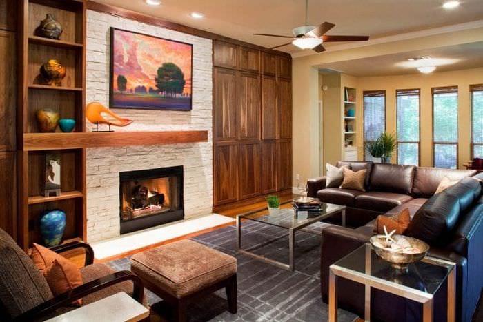 Выбираем функциональный камин для небольшой гостиной в коричневых оттенках