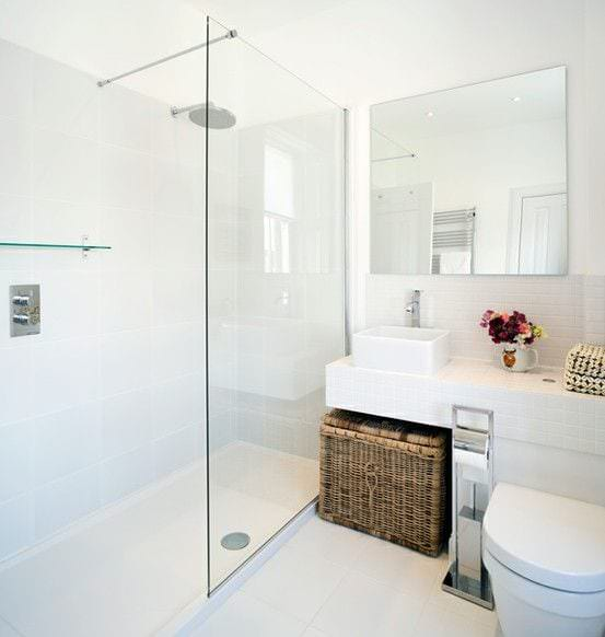 Современная ванная комната с белом цвете