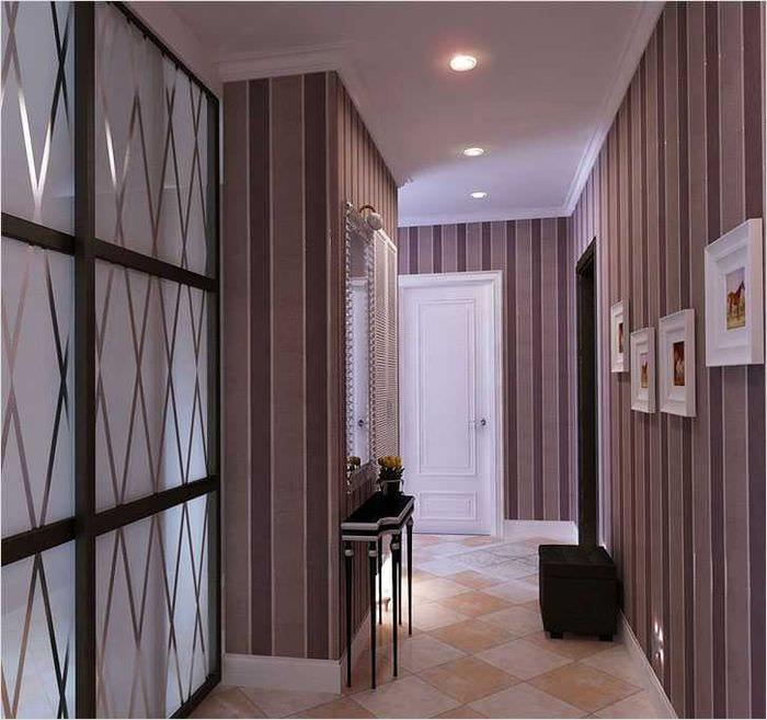 Варианты комбинирования обоев в прихожей со светлыми дверями
