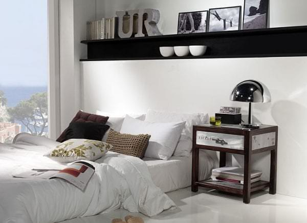 прикроватный столик в просторной спальне