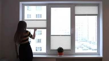 Необычная идея жалюзи из обоев для большого окна