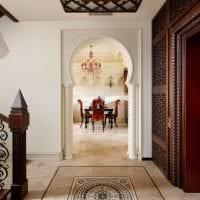 светлая арка в стиле гостиной фото