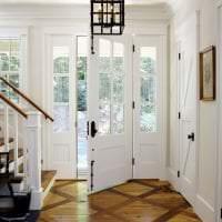 светлые двери в стиле с оттенком розового картинка