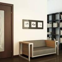 яркие двери в интерьере с оттенком коричневого картинка