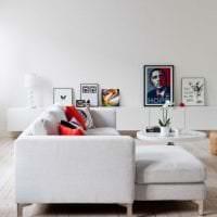 яркий диван в интерьере коридора картинка
