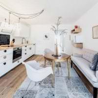светлый диван в дизайне коридора фото