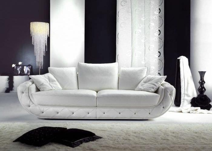 яркий диван в стиле прихожей