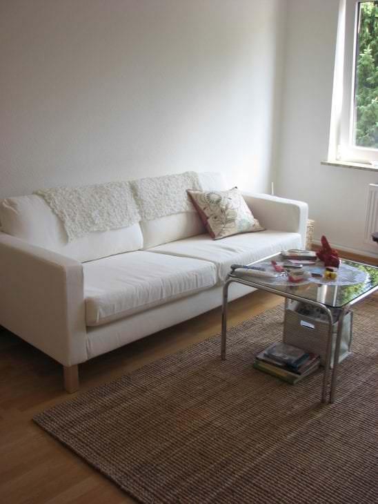 белый диван в дизайне спальни