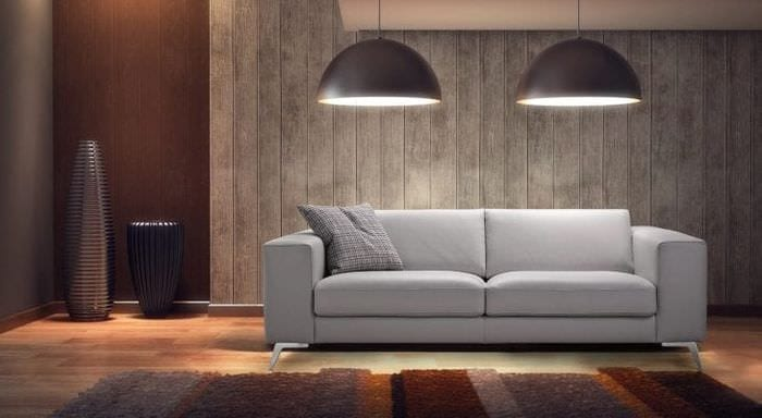 светлый диван в интерьере квартиры