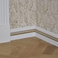 белый плинтус из пенопласта в интерьере дома картинка
