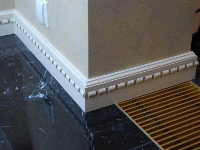 белый плинтус из керамики в интерьере дома