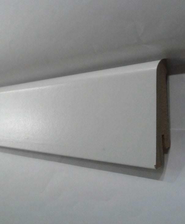 светлый плинтус из пенопласта в интерьере дома