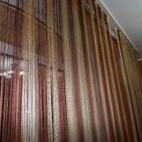 цветные шторы нити в стиле спальни картинка