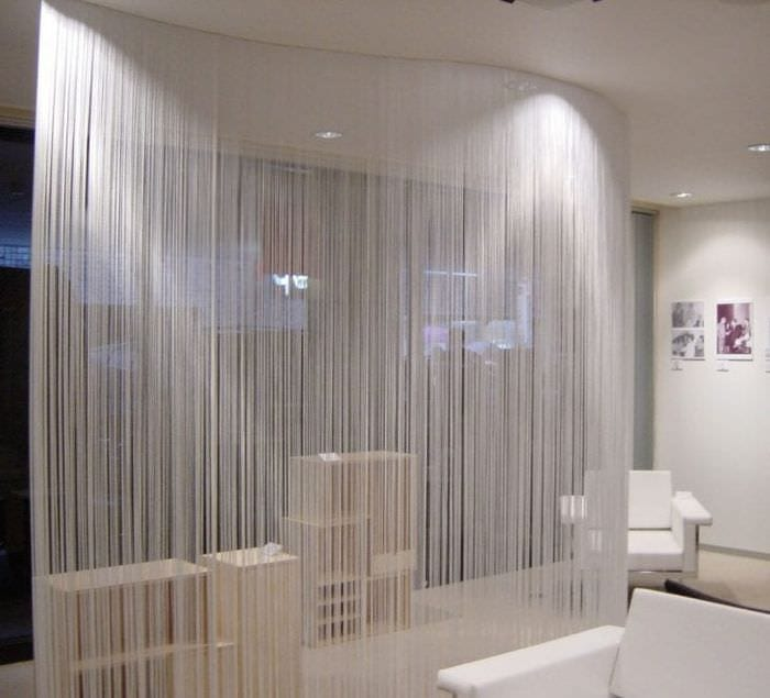 цветные шторы нити в стиле спальни