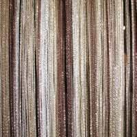 яркие шторы нити в дизайне кухни фото