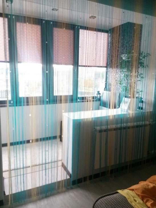 светлые шторы нити в интерьере прихожей