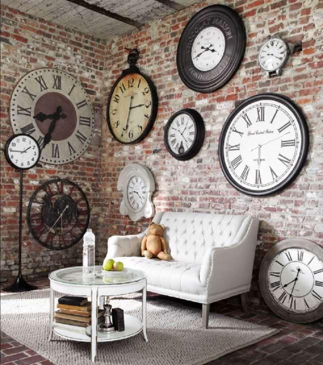 металлические часы в коридоре в стиле минимализм