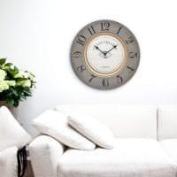 металлические часы в коридоре в стиле минимализм фото