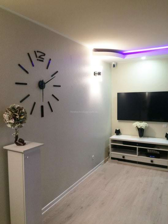 пластиковые часы в гостиной в стиле классика