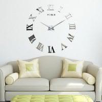 металлические часы в коридоре в стиле хай тек картинка