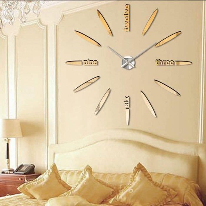 металлические часы в гостиной в стиле эко