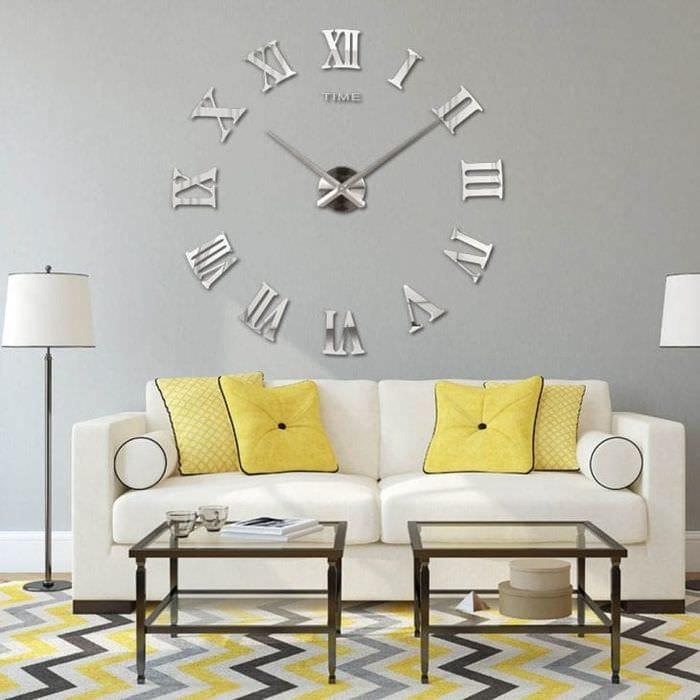 металлические часы в спальне в стиле кантри