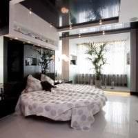 красивый черный потолок в интерьере кухни фото