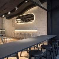 деревянный черный потолок в дизайне квартиры фото