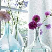искусственные цветы в декоре спальни картинка