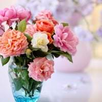 искусственные цветы в интерьере кухни картинка