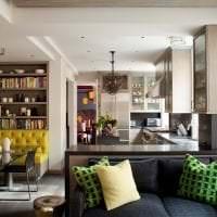 темный угловой диван в дизайне коридора картинка