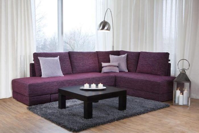 темный угловой диван в дизайне гостиной