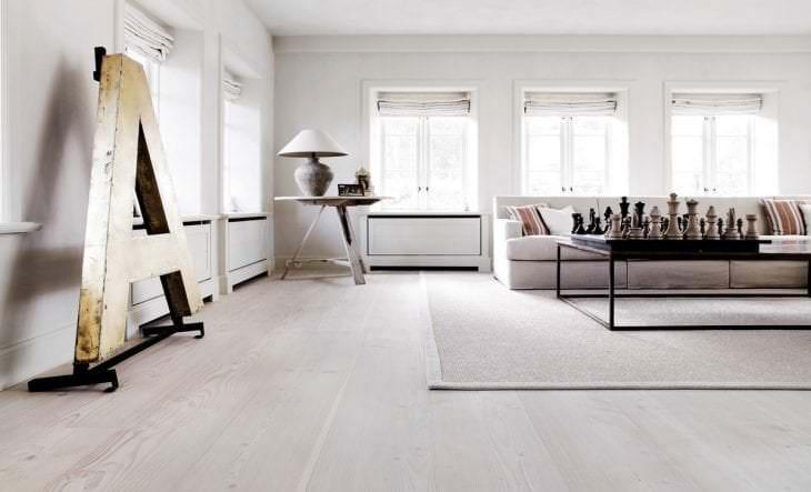 светлый белый пол в дизайне кухни