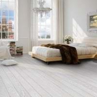 светлый белый пол в интерьере гостиной картинка