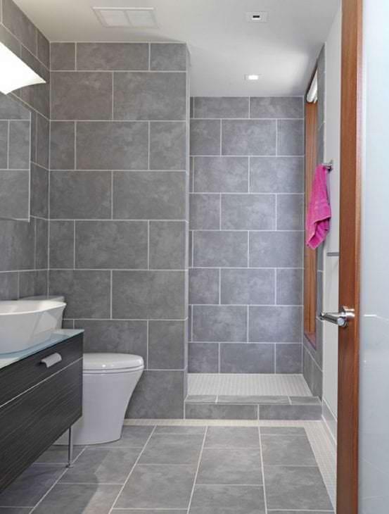 красивый декор ванной комнаты с душем в ярких тонах