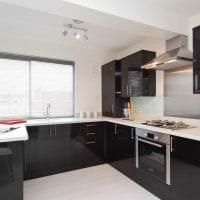 светлый интерьер белой кухни с оттенком желтого фото