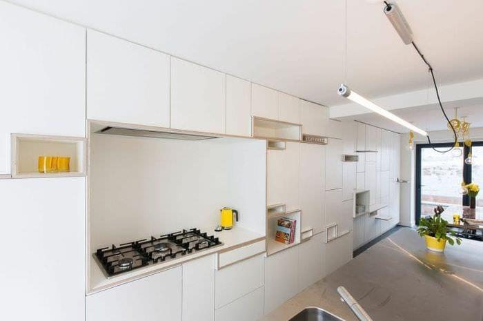 яркий дизайн белой кухни с оттенком зеленого