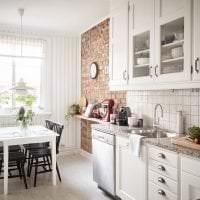 светлый интерьер белой кухни с оттенком песочного фото