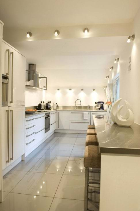 светлый дизайн бежевой кухни в стиле хай тек