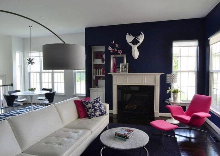 светлый дизайн квартиры в цвете фуксия