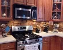 яркий фартук из плитки стандартного формата с рисунком в стиле кухни картинка